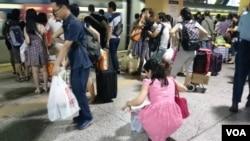 大批疑似水貨客在上水火車站月台收拾及搭火車到深圳 (被訪者提供)