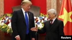Tổng bí thư-Chủ tịch nước Việt Nam Nguyễn Phú Trọng (phải) đưa tay bắt với Tổng thống Mỹ Donald Trump trong chuyến thăm của người đứng đầu Nhà Trắng tới Hà Nội ngày 27/2/2019. Việt Nam và Mỹ kỷ niệm 25 năm bình thường hoá quan hệ hôm 11/7/2020.