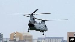 美國海軍陸戰隊CH-46E直升機從日本沖繩縣宜野灣的普天間基地起飛(資料圖片)