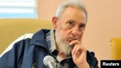 """El ex presidente de Cuba, Fidel Castro publica una carta en el periódico oficial de Cuba Granma para destacar """"el pueblo heroico de Bolívar y Chávez""""."""