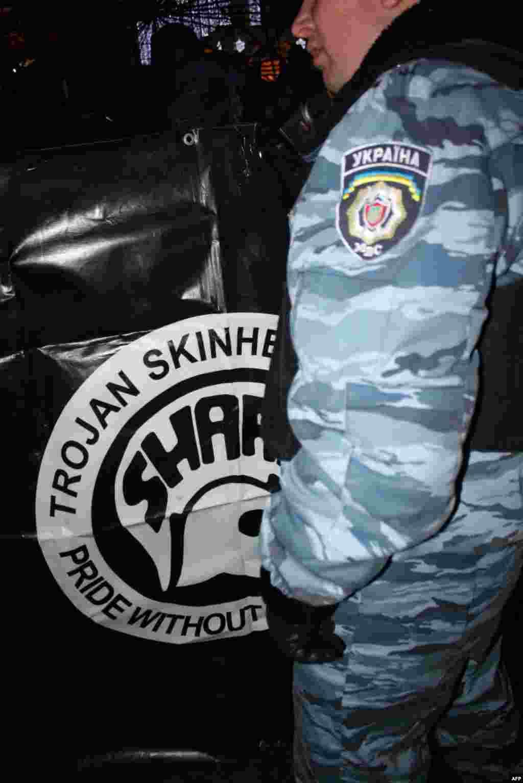 Большинство молодых людей пытались спрятать свое лицо от фотообъективов журналистов. Антифашистская идея в Украине, по их мнению, находится на нелегальном положении