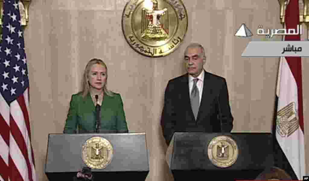 21일 카이로에서 공동 기자회견을 가지고 이스라엘과 하마스의 휴전을 발표하는 힐러리 클린턴 미 국무장관(왼쪽)과 무함마드 카멜 아무르 이집트 외무장관.