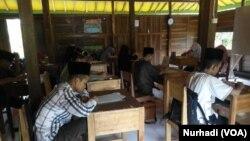 Suasana belajar para santri di PP Al Mumtaz, Gunungkidul, Yogyakarta, sebelum pandemi corona. (Foto: VOA/Nurhadi)-ilustrasi.