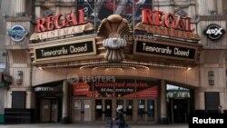 Iyi ni inzu ya sinema yafunze mu mujyi wa New York mu gace ka Times Square
