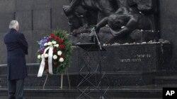 وزیر خارجه آمریکا با نثار تاج گل در بنای یادبود یهودیانی که در جریان جنگ جهانی دوم توسط آلمان نازی کشته شدند، به آنان ادای احترام کرد