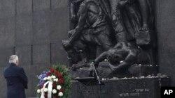 Державний секретар США Рекс Тіллерсон перед пам'ятником героям Варшавського ґетто