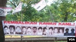 Spanduk di Jakarta bergambar 13 aktivis yang masih hilang sejak penculikan 1997/1998. (VOA/Fathiyah Wardah)