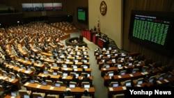 한국 국회 여야 의원들이 지난달 30일 본회의에서 중국과의 자유무역협정(FTA) 비준동의안을 통과시키고 있다.