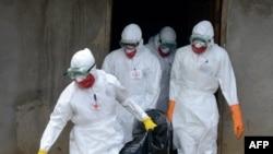 Petugas kesehatan Palang Merah Liberia menggunakan pakaian pelindung ketika mengangkut jenazah penderita ebola, di Banjol, Monrovia (4/9/2014).