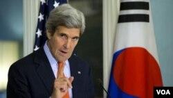 ລັດຖະມົນຕີຕ່າງປະເທດ ສະຫະລັດ ທ່ານ John Kerry ຖະແຫລງຕໍ່ນັກຂ່າວ ຫລັງຈາກພົບປະກັບ ລັດຖະມົນຕີ ຕ່າງປະເທດ ເກົາຫລີໃຕ້ ທ່ານ Yun Byung-se