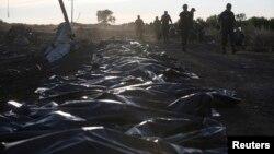 Thi thể các nạn nhân trong vụ bắn rơi máy bay Malaysia được gom về gần làng Hrabove, vùng Donetsk, ngày 20 tháng 7, 2014.
