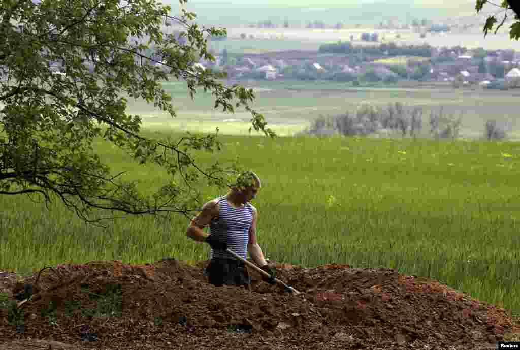 Ukrayna əsgəri Slavyanskın Bilbaşovka kəndi yaxınlığında xəndək qazır - 15 may, 2014