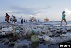 Sampah plastik mengotori pantai Sanur di Bali, 10 April 2019. (Foto: Johannes P. Christo)
