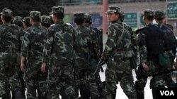 Polisi militer Tiongkok melakukan patroli di kawasan etnis Uighur di kota Kashgar, provinsi Xinjiang (4/11).