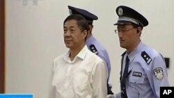 從電視畫面截圖顯示,薄熙來8月22日出席庭審