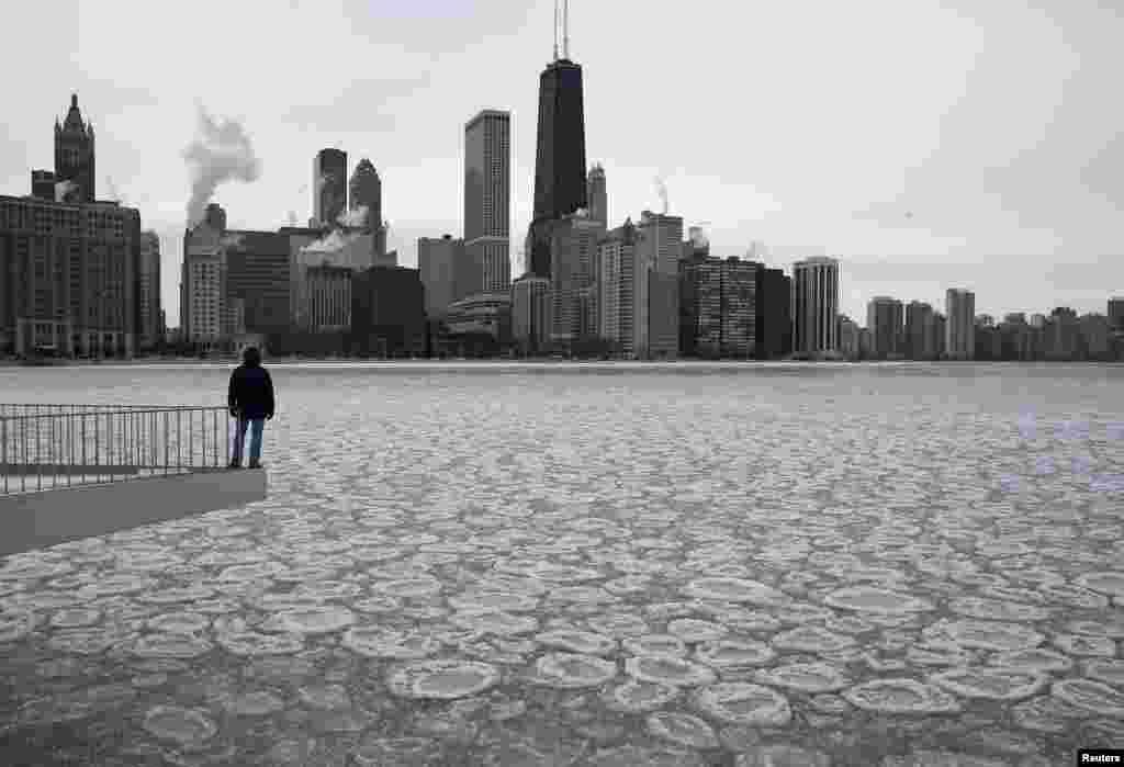 Charles Martinez olha para o Lago Michigan parcialmente congelado e para o skyline de Chicago, Jan. 5, 2015