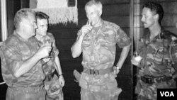 Arhivski foto od 12. jula 1995. Optuženik za genocid Ratko Mladić i zapovjednik holandskih snaga u Srebrenici Tom Karremans.