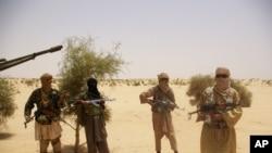 Chiến binh của phe Hồi giáo cực đoan Ansar Dine canh gác tại sa mạc bên ngoài Timbuktu, Mali