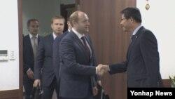 알렉산드르 갈루슈카 러시아 극동개발부 장관(왼쪽)이 28일 서울 세종로 정부서울청사에서 류길재 한국 통일부 장관을 만나 인사를 나누고 있다.