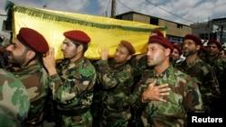 Para anggota sayap militer Hizbullah dalam upacara pemakaman rekan-rekan mereka yang gugur di Suriah (26/5).