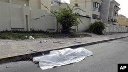 Le corp d'une personne tuée lors d'affrontements entre manifestants et forces de l'ordre.