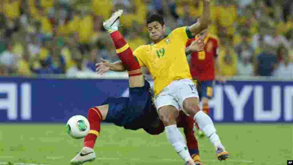 Espanhol Sérgio Ramos é bloqueado pelo brasileiro Hulk durante jogo da final da Taça das Confederações no Maracanã, Rio de Janeiro (30 de Junho 2013)