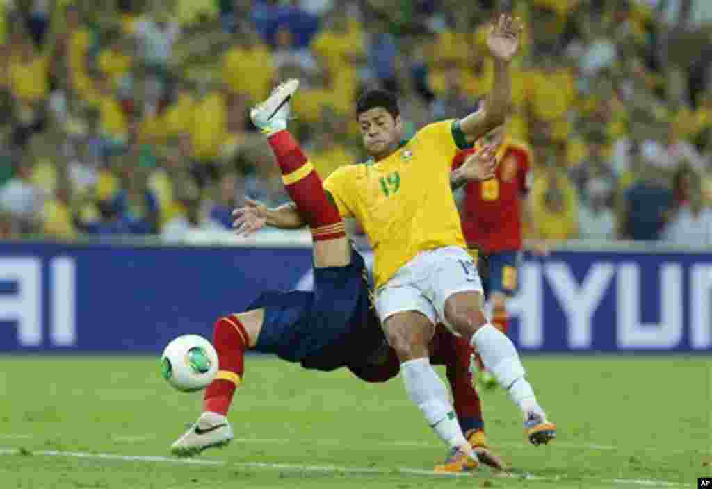 Spain's Sergio Ramos is blocked by Brazil's Hulk, front, during the soccer Confederations Cup final between Brazil and Spain at the Maracana stadium in Rio de Janeiro, Brazil, Sunday, June 30, 2013. (AP Photo/Victor R. Caivano)