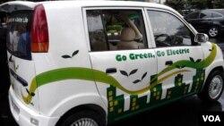 Mobil berbahan bakar listrik Evina atau Electric Vechile Indonesia karya Dasep Ahmadi yang disiapkan bagi para delegasi KTT APEC di Nusa Dua, Bali November mendatang (foto: VOA/Iris Gera).