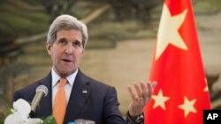 Ngoại trưởng Hoa Kỳ John Kerry phát biểu trong một cuộc họp báo chung, theo sau cuộc họp với Bộ trưởng Ngoại giao Trung Quốc Vương Nghị tại Bộ Ngoại giao ở Bắc Kinh, Trung Quốc, 16/5/2015.