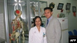 Bác sĩ Trần Hồng Nhật (phải) tại Bệnh viện Chợ Rẫy ở thành phố Hồ Chí Minh năm 2005