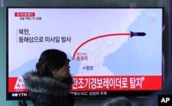6일 한국 서울역에 설치된 TV에서 북한의 미사일 발사 관련 뉴스가 나오고 있다.