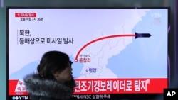 Truyền hình Hàn Quốc đưa tin về một vụ phóng tên lửa của Bắc Triều Tiên, ở Seoul, 6/3/2017.