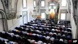 Molitva u Isa-begovoj džamiji u Skoplju za vreme Ramazana.