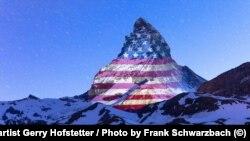 Изображение флага США на горе Маттерхорн в Швейцарии