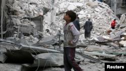 시리아 알레포 인근 반군장악지역에 사는 소년이 23일 공습으로 파괴된 건물을 들여다보고 있다.
