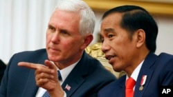 U.S. Vice President Mike Pence talks with Indonesian President Joko Widodo, Indonesia, April 20, 2017.