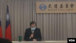 台灣陸委會主委陳明通(左)在台北為台港服務交流辦公室揭牌。(2020年7月1日)