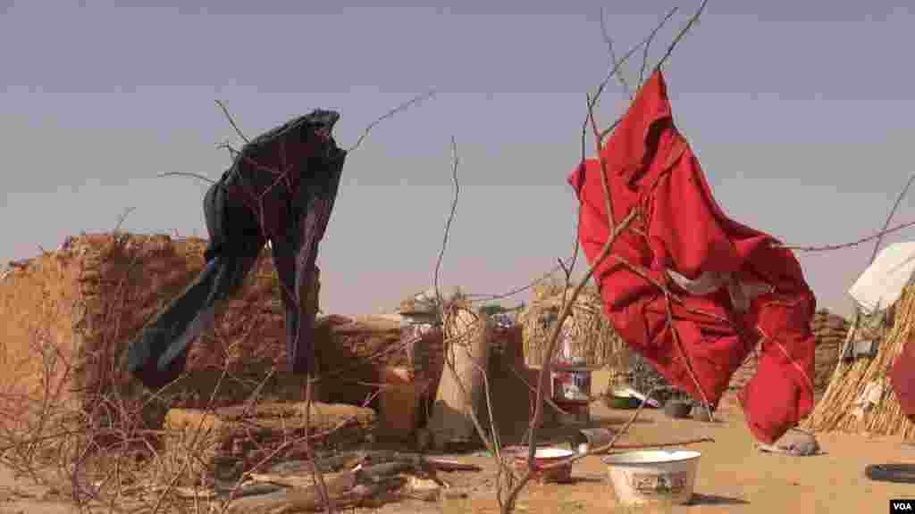 Clothes are hung out to dry at the Assaga camp, Diffa, Niger, Feb. 29, 2016. (N. Pinault/VOA)
