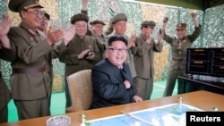 朝鲜领导人金正恩在一次导弹发射后与指挥人员在一起(资料图)