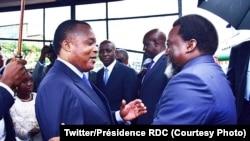 Le président Denis Sassou Nguesso du Congo-Brazzaville reçoit son homologue Joseph Kabila de la RDC à son arrivée au Beach de Brazzaville, 9 décembre 2017. (Twitter/Présidence RDC)