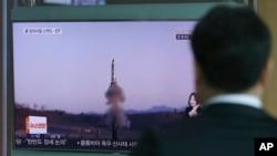 Yon nonm ki kanpe nan yon estasyon tren nan Seoul, Kore di Sid, e kap gade nan televizyon misil Kore di Nò te tire nan dat 5 avril 2017 la. Seoul, Kore di Sid 6 avril 2017.