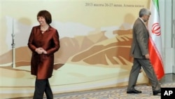 ایران کی سپریم نیشنل سیکیورٹی کونسل کے سیکریٹری سعید جلیلی اور یورپی یونین کی خارجہ امور کی سربراہ کیتھرین ایشٹن قازقستان کے شہر الماتے میں مذاکرات سے قبل 'فوٹو سیشن' کے بعد اسٹیج سے اتر رہے ہیں