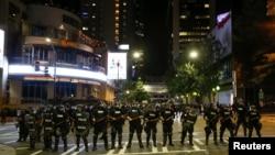 2016年9月21日在夏洛特警察排成排应对抗议者。