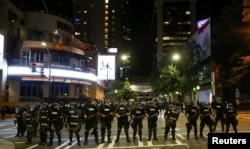 夏洛特市警察面对群众示威坚守防线(2016年9月)