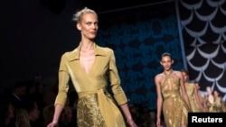 Seorang model memeragakan koleksi musim gugur 2014 rancangan Diane von Furstenberg di panggung New York Fashion Week, Minggu (9/2).