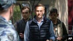 ႐ုရွား အတုိက္အခံေခါင္းေဆာင္ Alexei Navalny (အလယ္)
