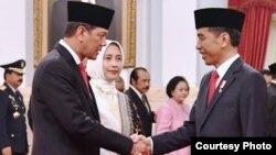 Presiden Joko Widodo melantik Letjen TNI Doni Monardo (kiri) sebagai Kepala BNPB, di Istana Negara, Rabu (9/1) (Courtesy: Setpres RI)
