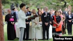 박근혜 한국 대통령이 7일 청와대에서 열린 주한외교단 리셉션에서 인사말을 하고 있다.