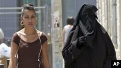 Francuska je zakonom zabranila nošenje burke