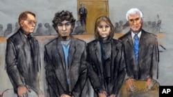 ພາບແຕ້ມຢູ່ໃນສານຂອງທ້າວ Dzhokhar Tsarnaev (ຜູ້ທີ 2 ຈາກຊ້າຍ) ແມ່ນຢືນຄຽງຂ້າງ ບັນດາທະນາຍຄວາມຕໍ່ສູ້ຂອງຜູ້ກ່ຽວ ທີ່ມີ ທ່ານ William Fick (ຊ້າຍ) ທ່ານນາງ Judy Clarke (ຜູ້ທີ 2 ຈາກຂວາ) ແລະ ທ່ານ David Bruck (ຂວາ) ໃນຂະນະທີ່ ຄະນະຕຸລາການ ນຳສະເໜີ ຄຳຕັດສິນຂອງພວກຕົນ, ວັນທີ 8 ເມສາ 2015.